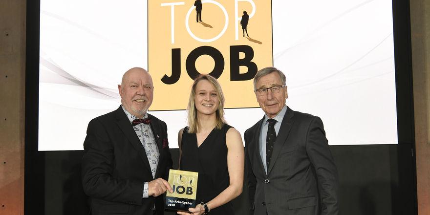 Sie haben das begehrte Siegel: (von links) Klaus Michael Schindelmeier (Geschäftsführer Palatin), Jana Beuschlein (Assistentin Sales & Marketing), Wolfgang Clement