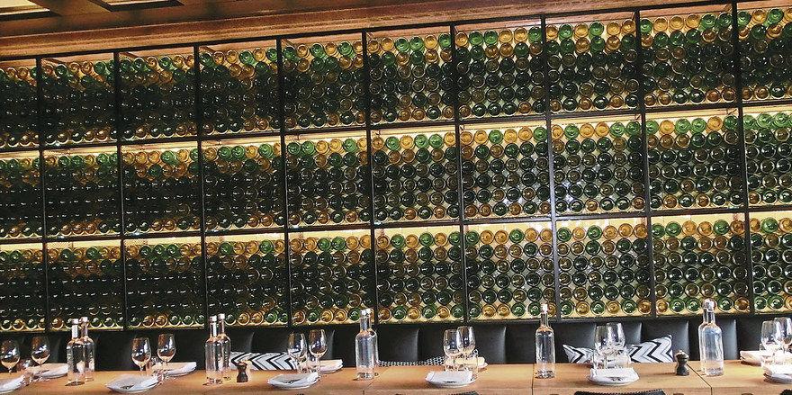 Blickfang im Vetro Vero: Ein Regal mit 1100 leeren Flaschen, kunstvoll arrangiert.