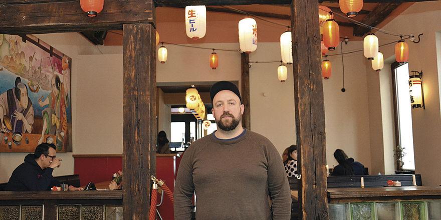 Serviert japanische Ramen-Suppen: Moritz Buhmann in seinem Lokal Kokomo Noodle Club in St. Pauli.