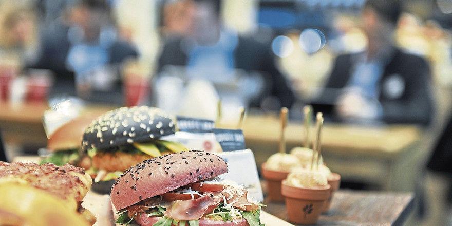 Nie gekannte Vielfalt: Die Mainstream-Küche gibt es nicht mehr. Burger mit Fleisch oder Gemüse sind ebenso gefragt wie streng pflanzliche Kost für Veganer oder internationale Küche mit exotischen Gewürzen.