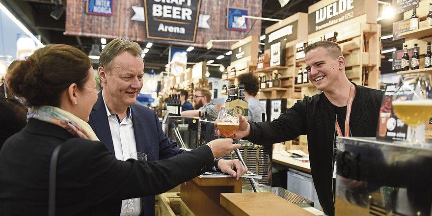 Sehr zum Wohl: Bei der Verkostung in der Craft Beer Arena in Halle B4 greifen auch öfter mal Frauen zum Glas.