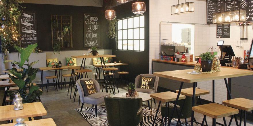 Modern: Der Gastraum im Urban Supply ist gemütlich und hübsch gestaltet. Zahlreiche Sitzmöglichkeiten laden zum Verweilen ein.