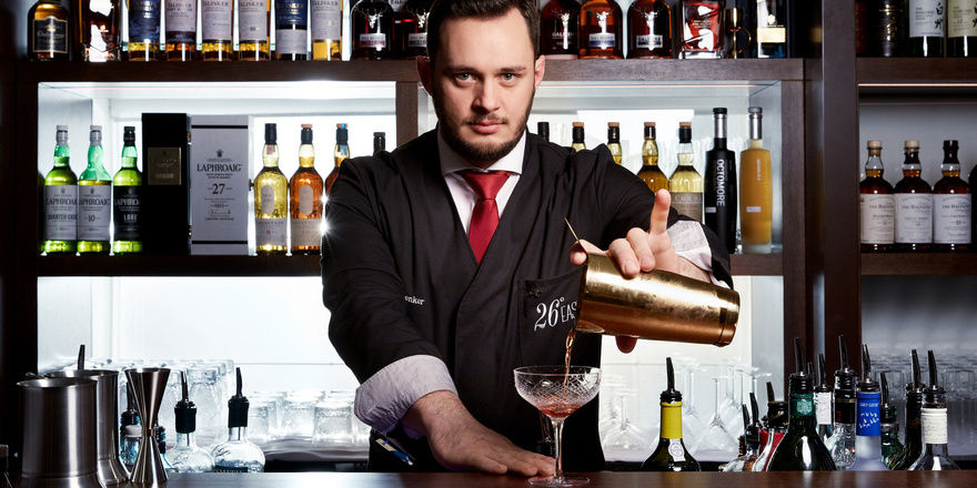 Mixt die Cocktails: Barmanager David Penker in der Bar 26°East des Palais Hansen Kempinski
