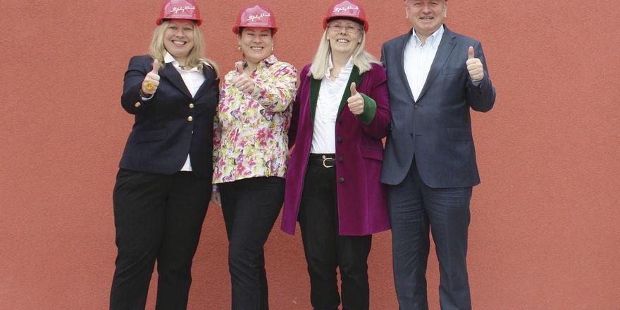 Baumeister im Einsatz: (von links) Isabel Maus mit Annette Schröder, Marion und Manfred Maus erweitern ihr Haus in großem Stil.