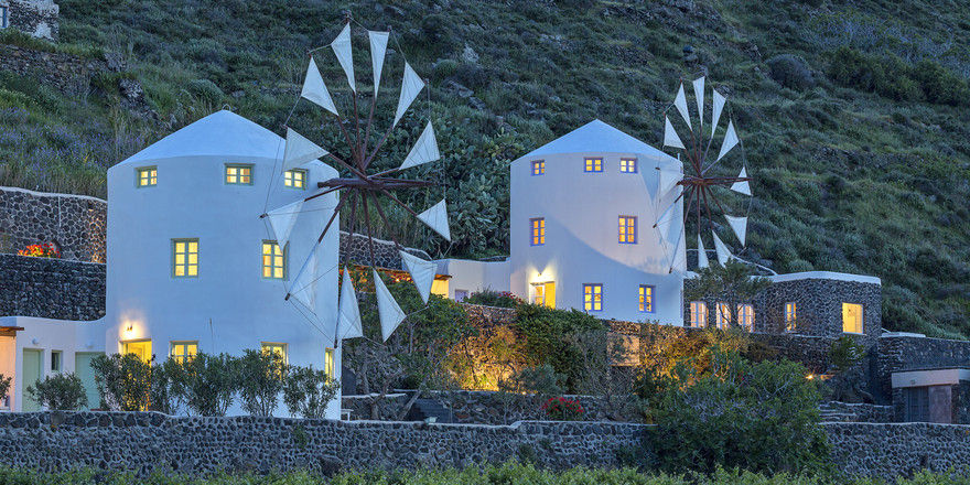 Außergewöhnliche Orte zum Übernachten: Booking.com vermittelt zum Beispiel auch die Windmill Villas in Griechenland