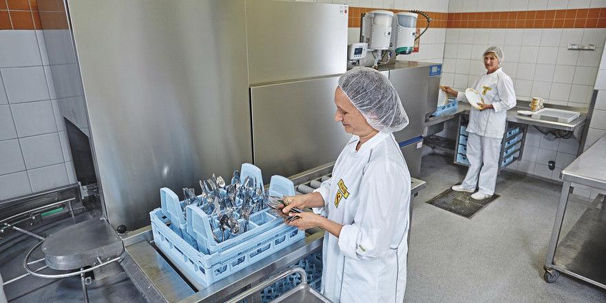 Sinnvoll für etwas größere Küchen: Die C-Line-Korbtransportspülmaschine von Hobart erlaubt bequemes Arbeiten ohne Bücken.