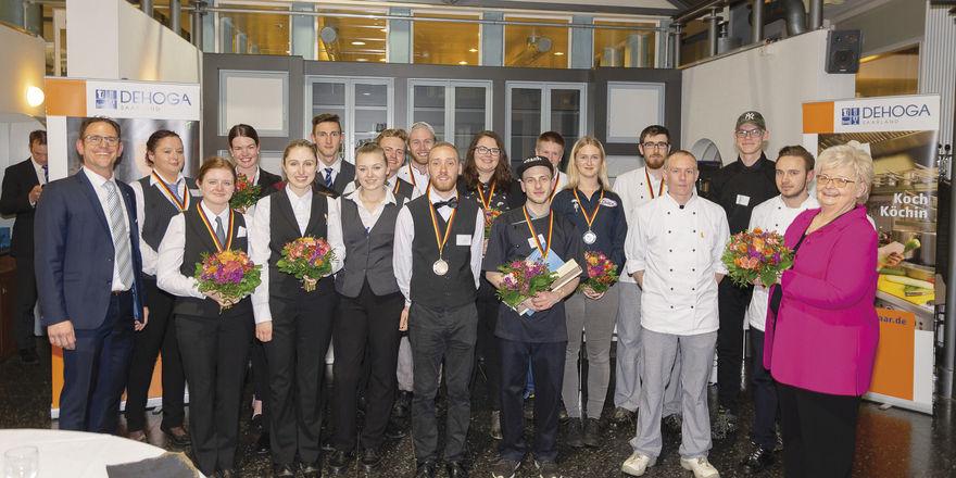 Erfolgreiche Auswahl: Gudrun Pink (rechts) und Christian Heinsdorf (links) präsentieren Landessieger, Zweit- und Drittplatzierte.
