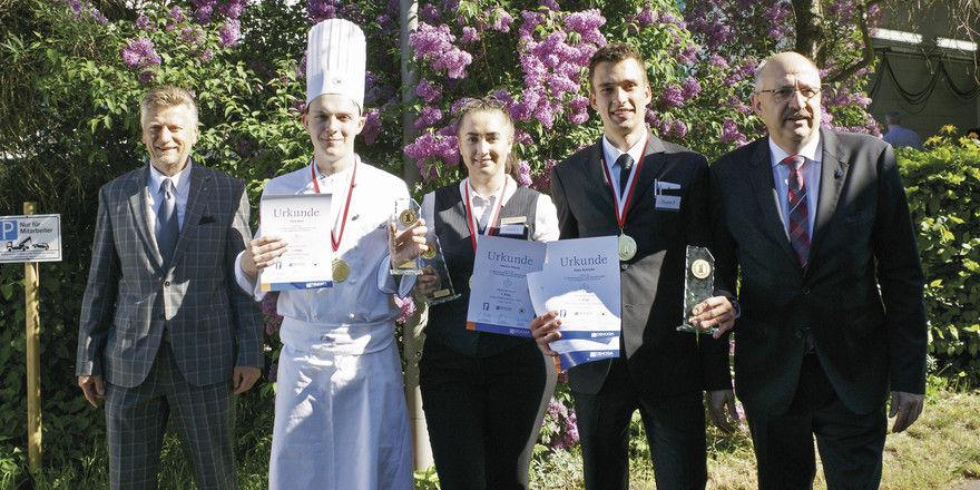 Haben sich bewährt: Die Azubis (von links) Felix Breil, Jessica Alburg und Peter Schrader mit Olaf Schöpe (links) und Olaf Lücke, beide DEHOGA.