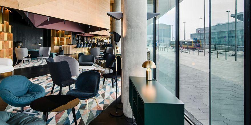 Mit Blick auf den Flughafen: Die Lobby des Renaissance Warsaw Airport Hotel