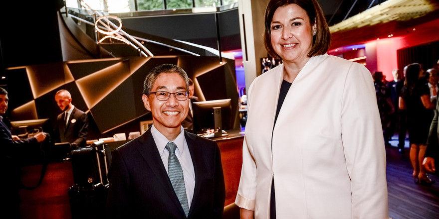 Gut gelaunt: Konsul Shinzuke Toda und General Manager Sandra Epper