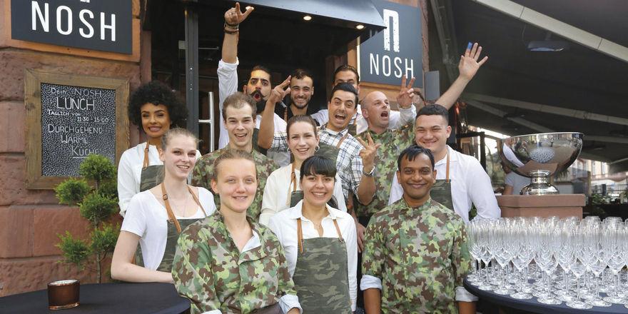 Im Camouflage-Look: Nosh-Mitarbeiter bei der Eröffnung des Lokals.