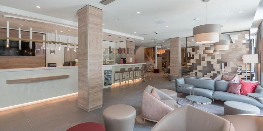 Dezente Farben: Die Lobby im neuen Hampton by Hilton Frankfurt City Centre East