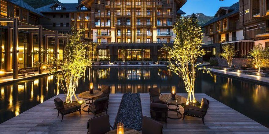 Die Innenanlage: Das Chedi Andermatt präsentiert sich stilvoll mit viel Holz