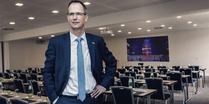 Direktor Hagen Müller: Hier zeigt der Manager den neuen Eventbereich.