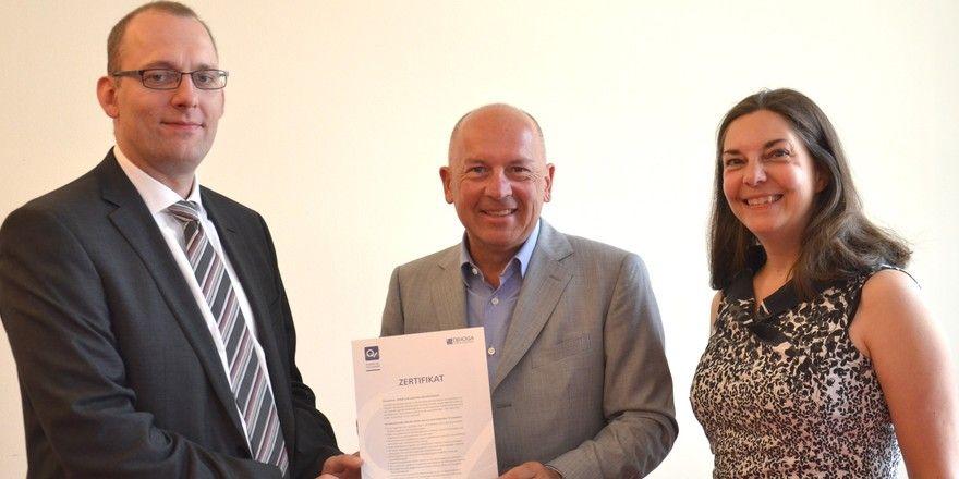 AmQ-Zertifikate für die Systemgastronomie: (von links) Gerrit Buchhorn (DEHOGA Berlin), Thomas Hirschberger, Vorsitzender der Fachabteilung Systemgastronomie, und Sandra Warden (DEHOGA Berlin)