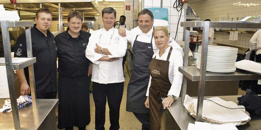 Nimmt seit 26 Jahren am Gourmet Festival teil: Harald Wohlfahrt (Mitte) hier mit (von links) Nico und Jörg Sackmann, Lutz Niemann und Cornelia Poletto bei der Auftakt-Gala im Jahr 2015, die im Maritim Seehotel stattfand. Harald Wohlfahrt kocht auch dieses