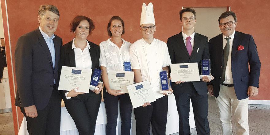 Glückwunsch: (von links) Hardy Voges, Vorsitzender Gerhard Günnewig Stiftung, mit den Siegern Jennifer Reißig (Restaurantfach), Caroline Friede (Systemgastronomie), Pascal Pontzen (Köche) und Linus Sonneborn (Hotelfach) sowie Bernd Niemeier, NRW-DEHOGA-Pr