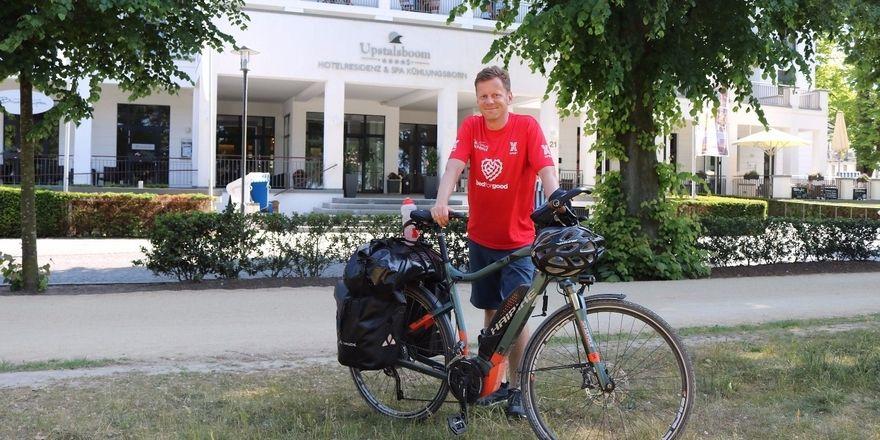 Eine Station auf der Tour: Alexander Creutzburg vor dem Upstalsboom Hotelresidenz & Spa Kühlungsborn