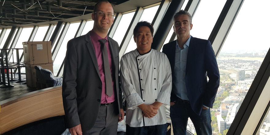 Betreuen das Projekt Qomo: (von links) Philipp Santen vom Pächter Centro Hotel Group, Küchenchef Masanori Ito und Design-Chef Nicolas Alexandre Talon