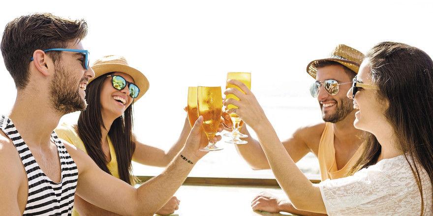 Zum Anstoßen: Die Gastronomie zieht bei der AHGZ-Umfrage eine überwiegend positive Sommerbilanz.