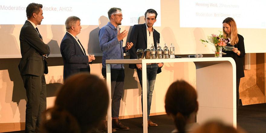 Expertenrunde: (von links) Alexander Lutz, Thomas Lanfer, Henning Weiß, Connor Ryterski und Moderatorin Brit Glocke diskutieren, wie sich Wirtschaftlichkeit und Design verbinden lassen
