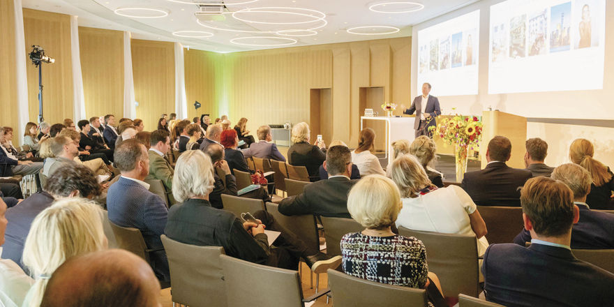 Gut besucht: Mehr als 100 Teilnehmer lauschen in exklusivem Ambiente den Vorträgen. Die Referenten präsenierten Interior-Trends, aber auch Technologielösungen. Alle Bilder auf AHGZ.de