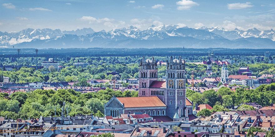 München: Stadthotellerie und die Urlaubs- region Alpen liegen hier nah beieinander.