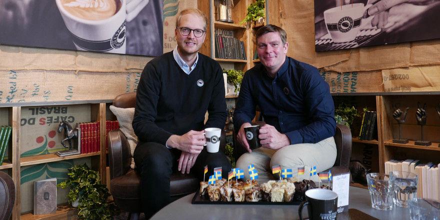 Erfreut: John Nylén (links), CEO der Espresso House Group, und Nikolas Niebuhr, Geschäftsführer von Espresso House Deutschland