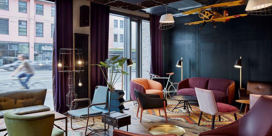 Bunt zusammengewürfelt: Die offene Lobby des Me and All dient als Wohnzimmer für Gäste und Mainzer