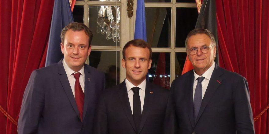 Schulterschluss für deutsch-französische Vision: (von links) Michael Mack, der französische Präsident Emmanuel Macron und Roland Mack