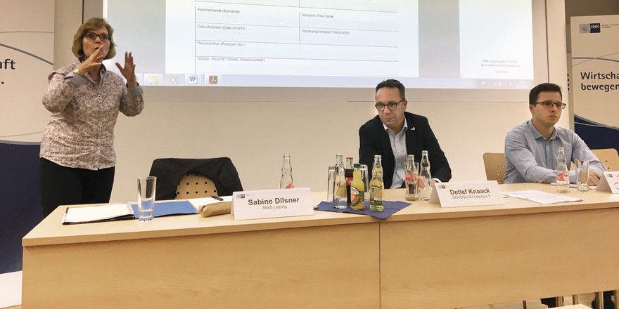 Informieren über die Gästetaxe: (von links) Sabine Dilsner von der Stadt Leipzig, Detlef Knaack vom DEHOGA RV Leipzig und Tom Finke, Sachbearbeiter Gästetaxe der Kommune.