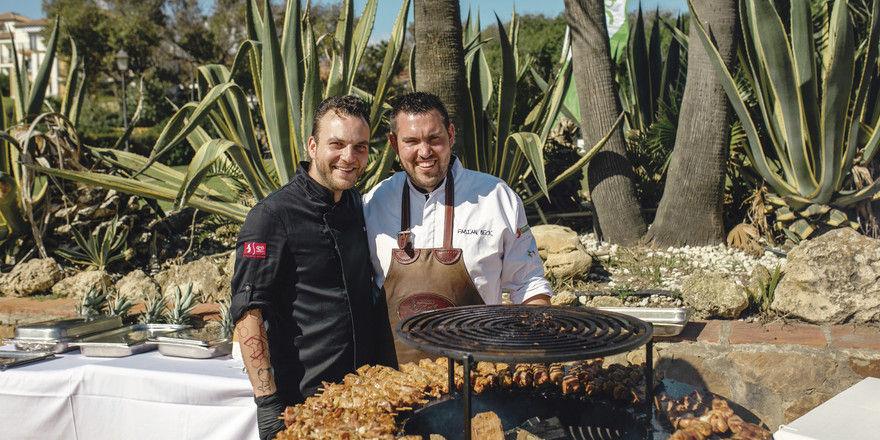 Grillen unter Palmen: Spaß macht das nicht nur den Campus-Teilnehmern, sondern auch den Aktiven, hier Fachberater Marcus Hannig (links) und Küchenmeister Fabian Beck.