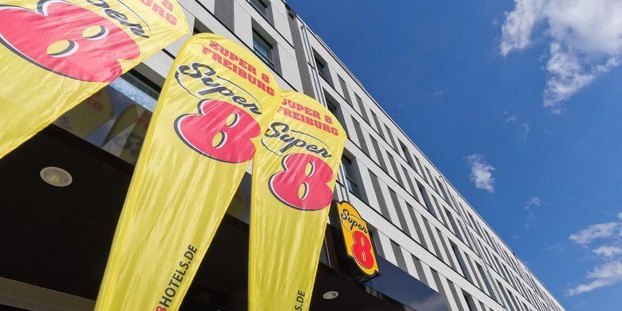 Super 8 zeigt Flagge: Hier in Freiburg, bald in Koblenz