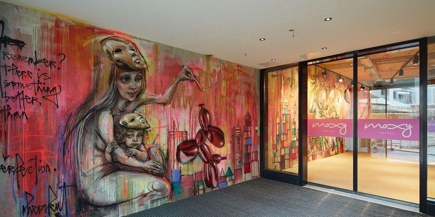Street-Art im Eingangsbereich: So präsentiert sich das neue Moxy in der Frankfurter City