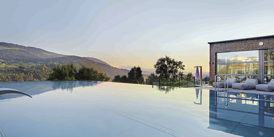 Infinity-Pool: Schwimmen mit Blick auf die Berge.