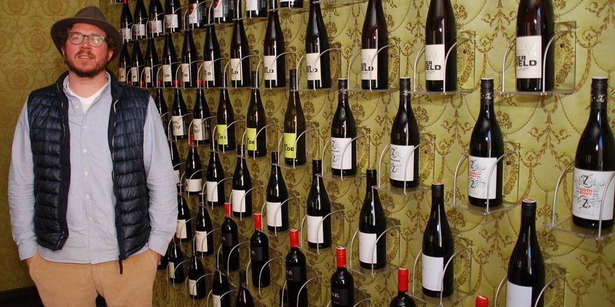 Kenner: Martin Runge vor der Weinwand