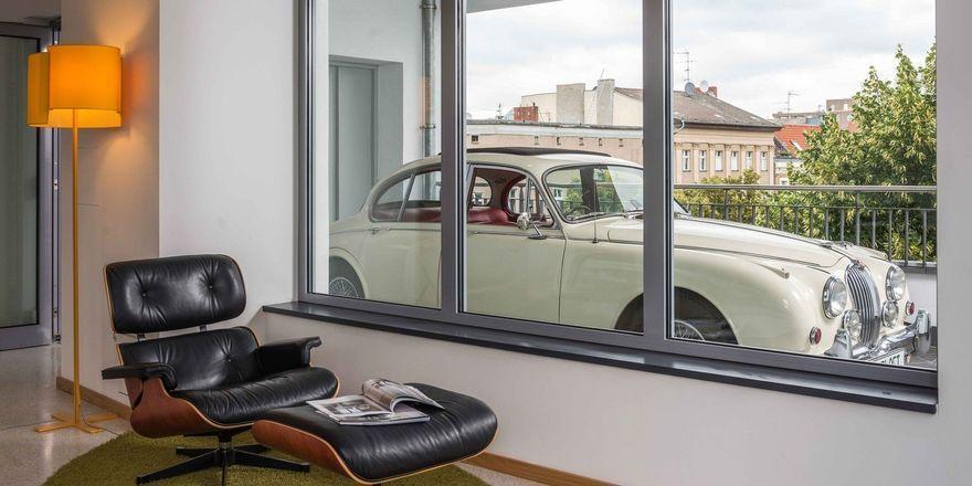 Das Auto vom Sofa aus im Blick: So ein Zimmer können Interessierte ab sofort auf der Webseite des B'Mine Hotels in Düsseldorf buchen