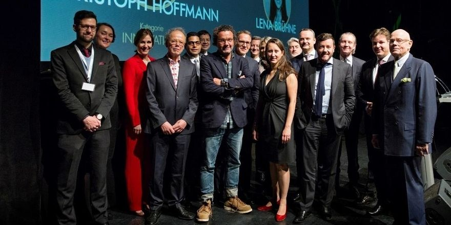 Preisträger: Christoph Hoffmann (Mitte) mit weiteren Siegern, Laudatoren und Juroren