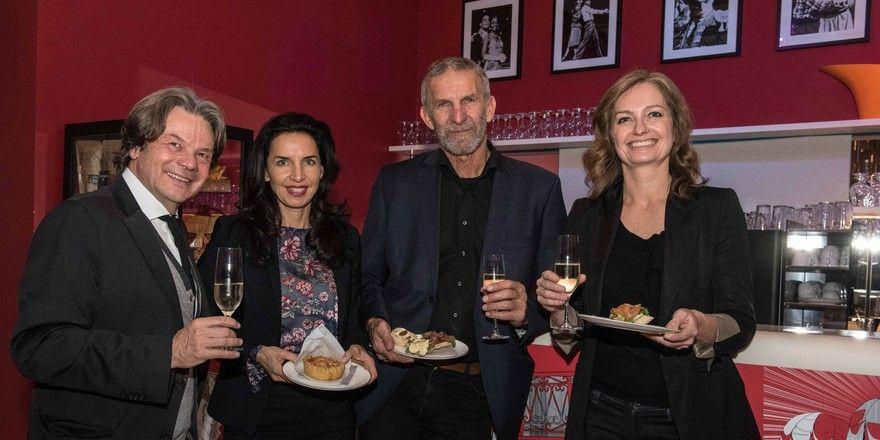 Neue Kooperation (von links): Michael und Clarissa Käfer mit den Geschäftsführern des Deutschen Theaters Werner Steer und Carmen Bayer