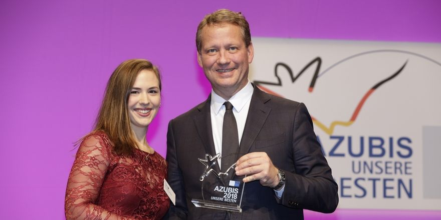 Gratulation: Ann-Kathrin Hellwig, eine der beiden punktebesten Restaurantfachleuten, mit DIHK-Präsident Eric Schweitzer