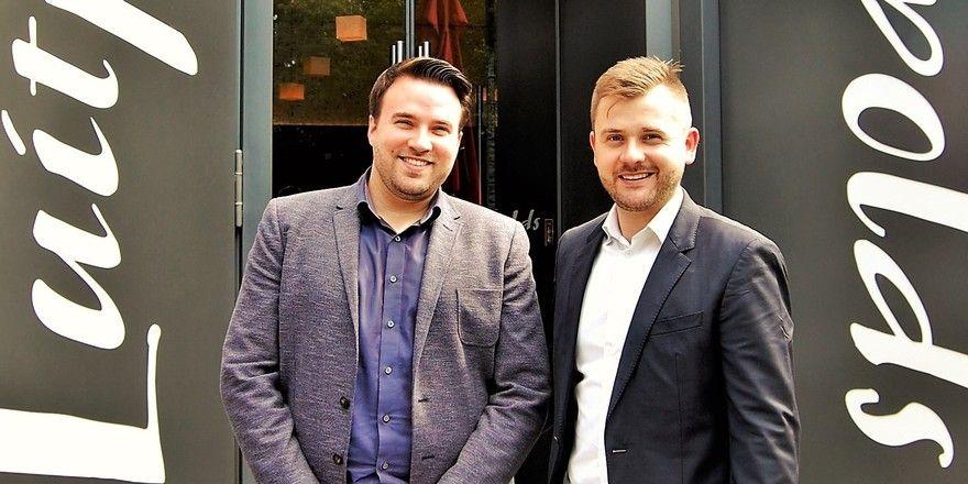 Ein Bild aus glücklichen Tagen: (von links) Die Howa-Gesellschafter Mario-Sebastian Fertig und Stephan Krause nach der Unterzeichnung des Pachtvertrages für das Spielbank-Restaurant Luitpold's in Bad Kissingen (Sommer 2017)