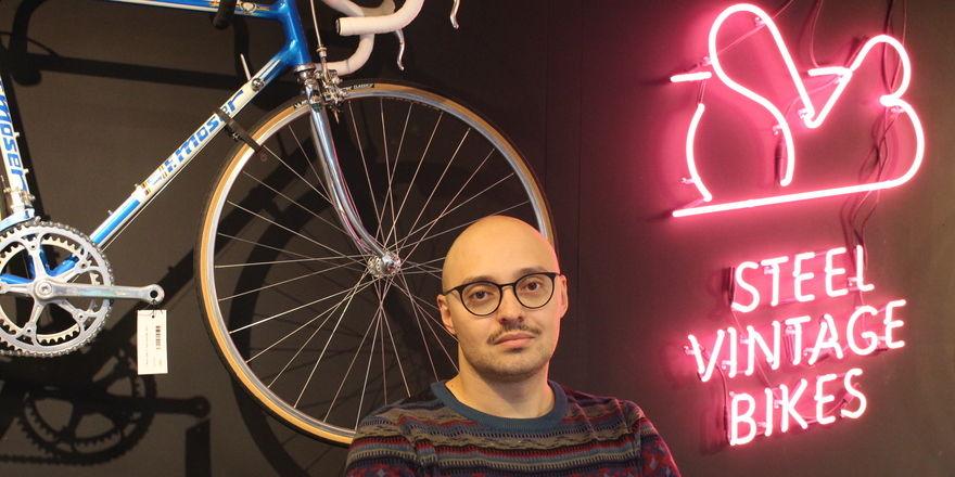 Fahrradnarr: Alex Bisaliev, Geschäftsführer des Steel Vintage Bikes Café in Berlin