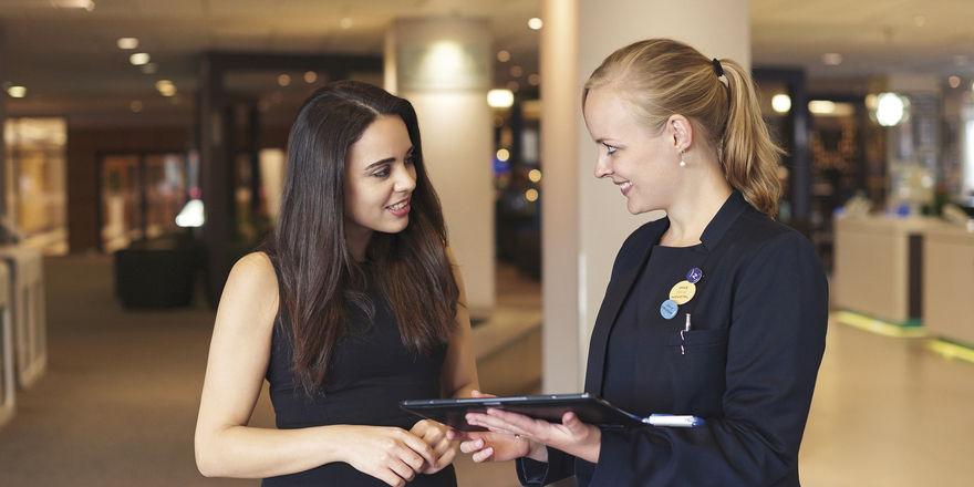 Clevere Koppelung aus digital und analog: Accorhotels-Mitarbeiter beraten die Kunden im Hotel mithilfe einer zentralen Datenbank persönlich.