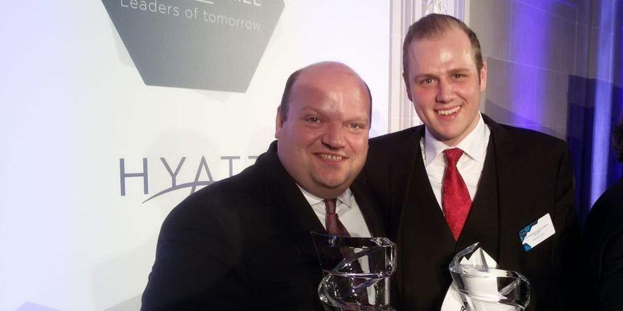 Freuen sich über den Sieg: (von links) Prof. Dr. Hartwig Bohne mit Pascal Kruggel auf der Preisverleihung des Hyatt Student Prize in Paris