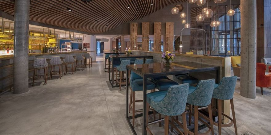 Die Lobby: Beton und Holz prägen das Entrée