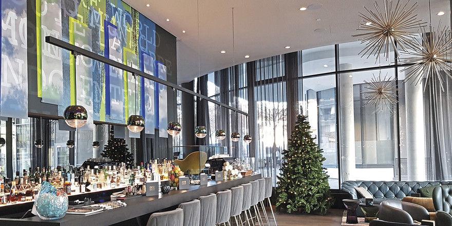 Bar und Lobby im Motel One Bonn Beethoven: Rechts oben im Bild die goldfarbenen Leuchten mit dem passenden Namen Götterfunken