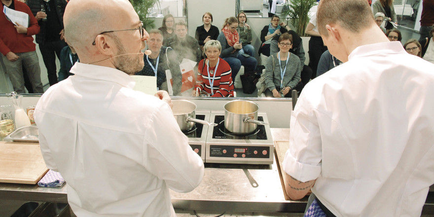 Lehrreiche Unterhaltung: Sternekoch Benedikt Faust (links) plaudert aus dem Nähkästchen
