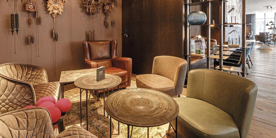 Leitmotiv Schwarzwald: In der Lounge des Motel One Freiburg sorgt eine Sammlung von Kuckucksuhren für Lokalkolorit mit Augenzwinkern.