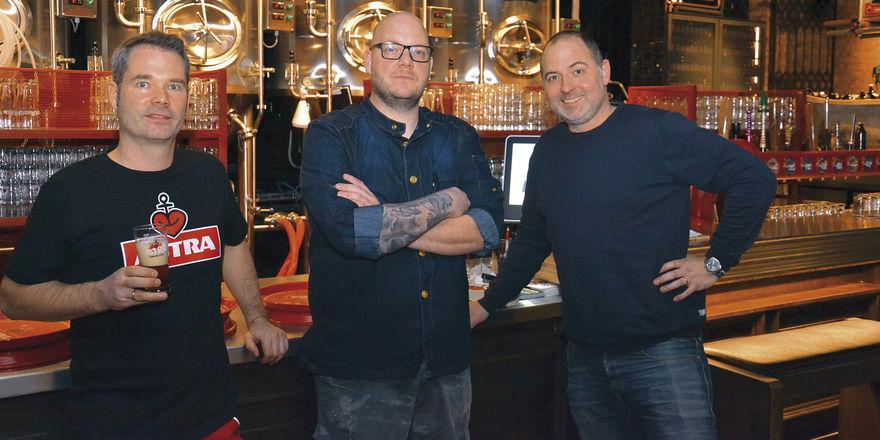 Bierkultur auf der Reeperbahn: (von links) Braumeister Jan Koch mit Küchenchef Christopher Cappel und Geschäftsführer Tim Becker