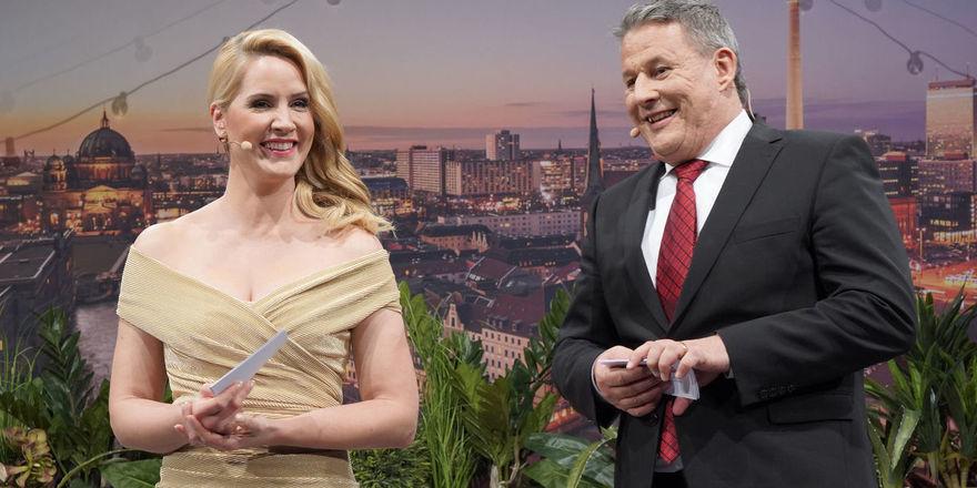 Gastgeber auf der Hotelier-des-Jahres-Bühne: Judith Rakers und Rolf Westermann führen durch das Programm